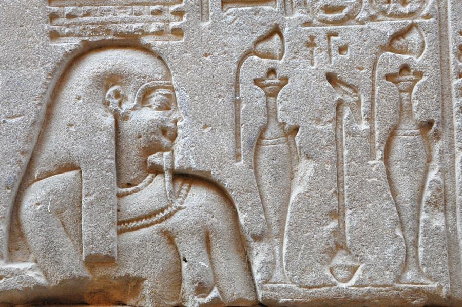 Gravure égyptienne avec amphores d'huiles aromatiques