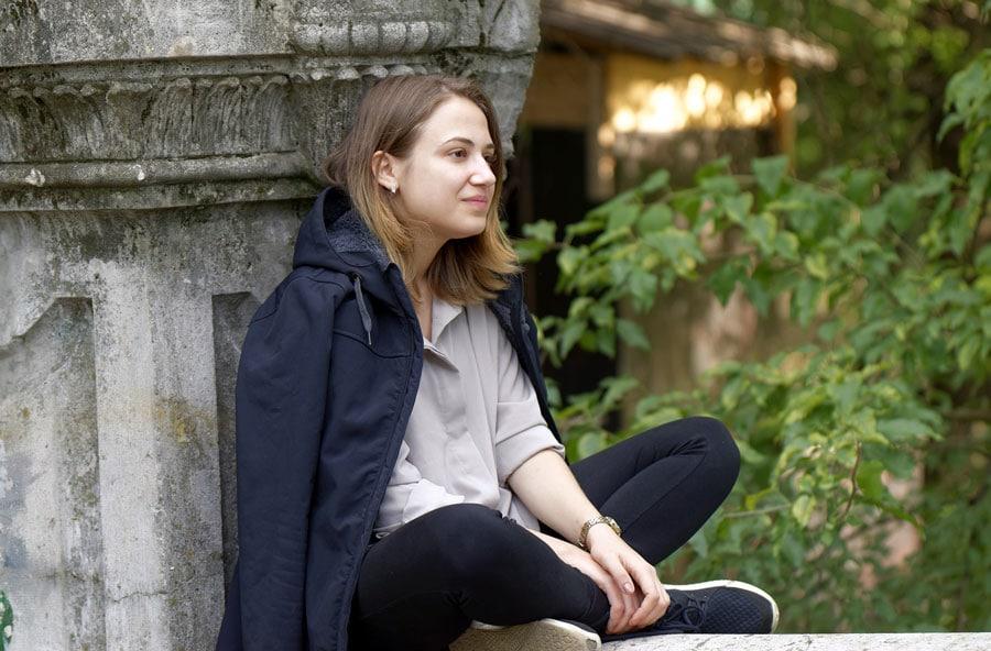 Jeune femme soulagée après un bon massage aux huiles essentielles contre la dépression