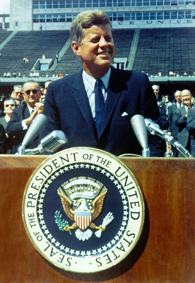 JF. Kennedy assumant sa charge de président des États-Unis, en partie grâce au travail sur les points sensibles, ou trigger-points du Dr Janet Travell