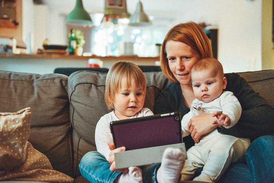 Mère avec ses 2 jeunes enfants