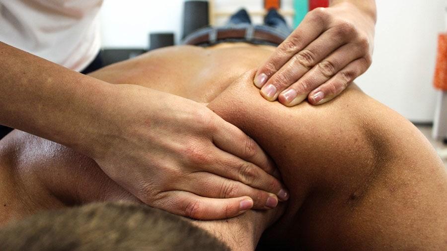 Massage thérapeutique de la nuque et des épaules