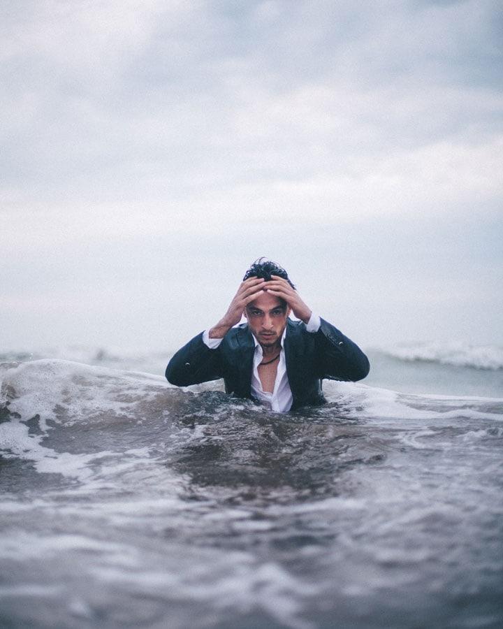 Un homme dynamique mais littéralement submergé se bat encore pour avancer