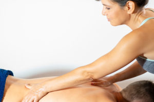 Massage du dos par effleurage