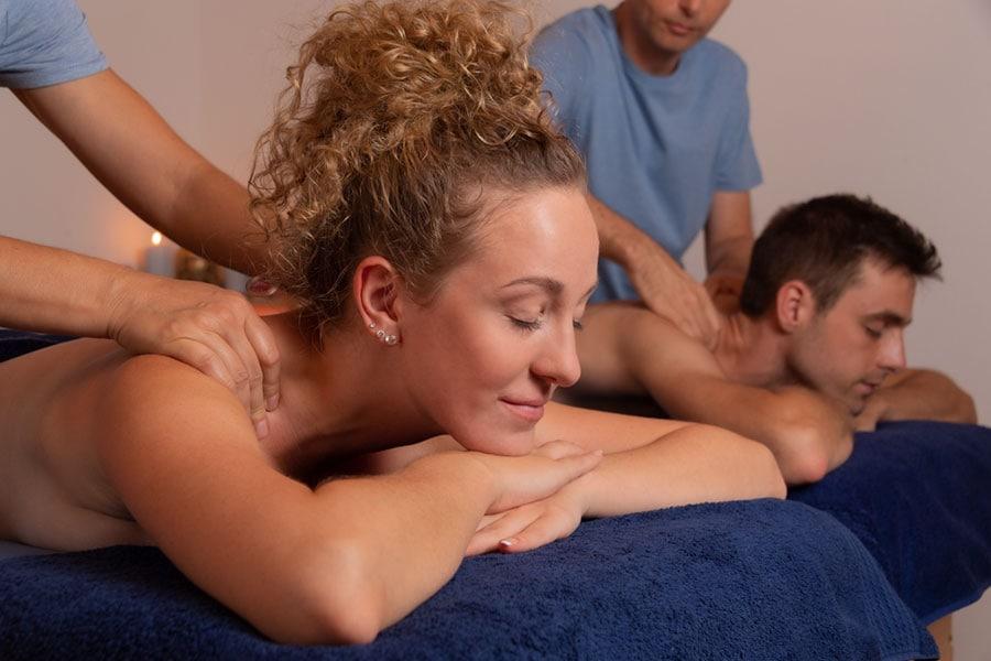 Couple profitant d'un délicieux massage duo, le comble du romantisme et de la détente.