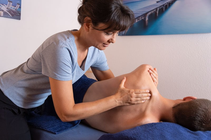 Massothérapeute diplômée traitant une douleur articulaire et musculaire par un massage thérapeutique