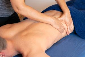 Pétrissage pour relaxer le muscle 'grand dorsal'