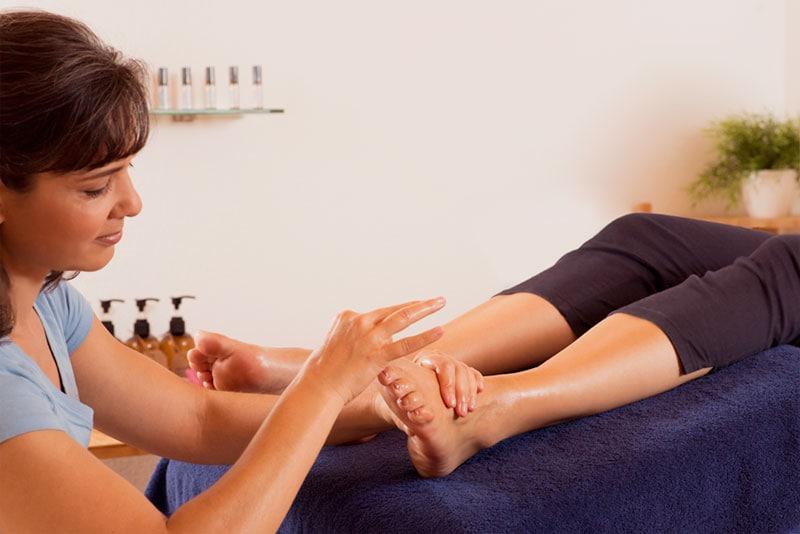 Réflexologie ou massage des pieds pour traiter les tensions de la nuque ou maux de tête